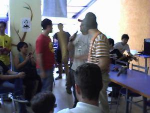 Soldado Chespirito e Manfredini, em primeiro plano, apresentam o concurso de bilboquê de lata.