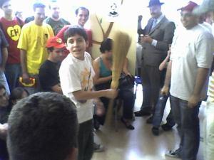 Chaves, como é mexicano, em vez de samba no pé, tem vassoura, e também isso foi imitado pelos fãs.
