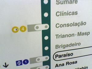 Sinalização da linha 2 na estação Paraíso mostra a ligação com a linha 4 na estação Consolação.